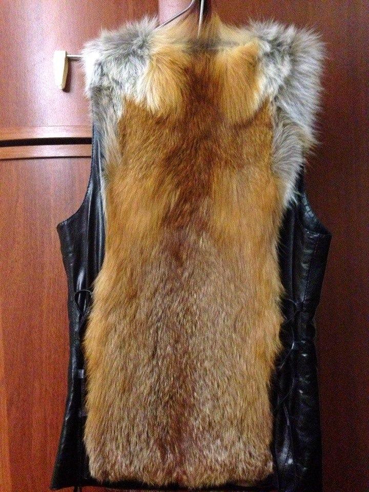 ПРодам жилетку из меха лисы,по бокам нат кожа.Новая,купила летом,а сейчас стала мала.Покупала за дорого.Размер С