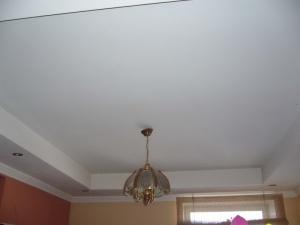 Красивый потолок это первое с чего нужно начинать ремонт.  Еще не так давно были потолки покрыты белым слоем побелки.